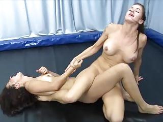 دو دختران Tribbing به خستگی